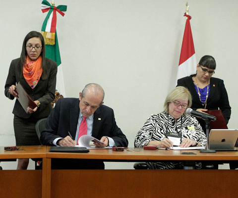 Signing ceremony between Dr. Enrique Fernández Fassnacht, executive director General, ANUIES; Christine Tausig Ford, vice-president, Universities Canada.
