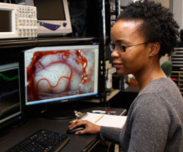 Une chercheuse devant un des écrans d'ordinateurs.
