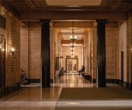 Vue d'un couloir dans un édifice universitaire historique.