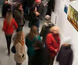 Des gens visitent une galérie d'art sur un campus.