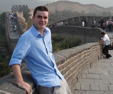 Étudiant canadien à côté de la Grande muraille de la Chine.