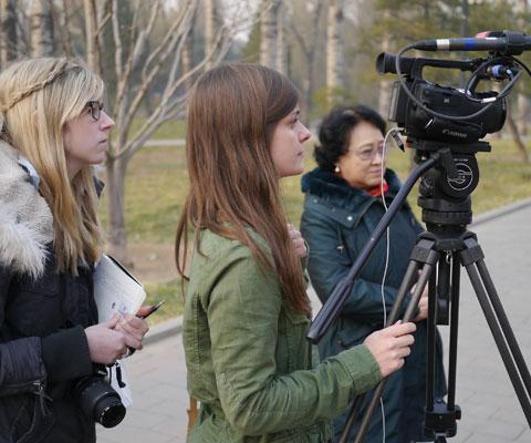 Étudiantes en journalisme qui pratiquent à faire une entrevue à la télé.