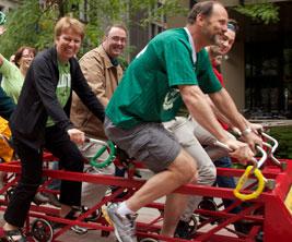 Employés d'Universités Canada pédalent le grand vélo.