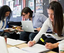 Trois étudiantes qui étudient avec leurs portatifs.
