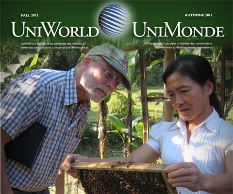 Chercheur canadien et une apicultrice vietnamienne regardent des abeilles.