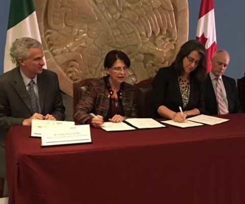 Representatives from Universities Canada and CONACyT signing a MOU on student mobility.