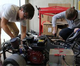 Deux étudiants en génie travaillent sur des équipements
