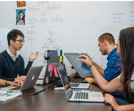 Un groupe d'étudiants font leurs travaux ensemble