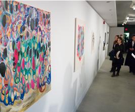 Des étudiants visitent une galerie d'art