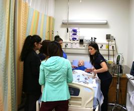 Des étudiantes en soins infirmiers participent à une simulation médicale