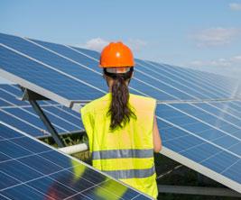 Une étudiante examine un panneau solaire