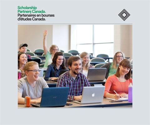Étudiants avec leurs portatifs dans une salle de classe.