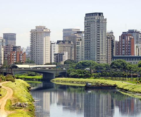Gratte-ciel et rivière dans une grande ville.