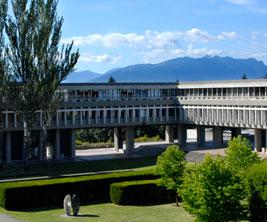 Édifice gris moderne du campus de la Simon Fraser University.