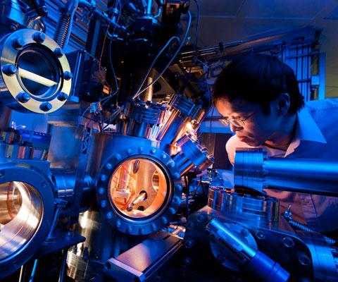 Étudiant asiatique travaille avec le synchrotron de la University of Saskatchewan.