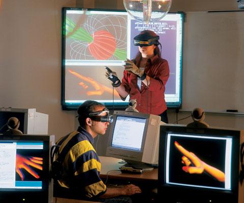 Une étudiante et un étudiant portent des casques de réalité virtuelle dans une salle de classe.
