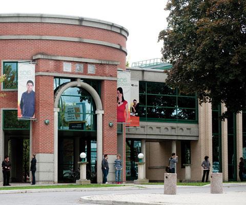 Université du Québec en Outaouais : édifice en brique rouge.
