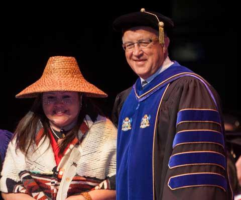 Étudiante autochtone et Ralph Nilson, recteur, Vancouver Island University lors de la cérémonie de la remise des diplômes.