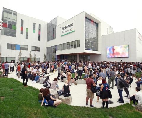 Un groupe de personnes devant un édifice de la Emily Carr University.