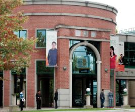 Édifice en brique sur le campus de l'Université du Québec en Outaouais.